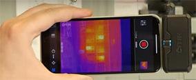 photo de la caméra flir one pro installée sur un smartphone sur le banc de test